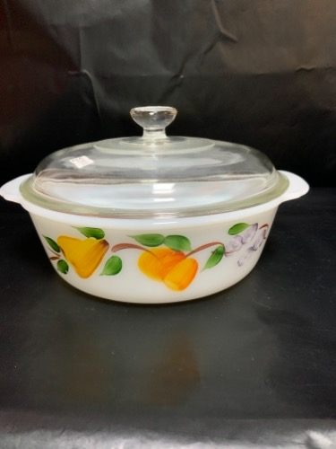 파이어 (앵커 호킹) 라지 원형 베이킹 디쉬 Fire King (Anchor Hocking) Large Round Covered Baking Dish circa 1950.